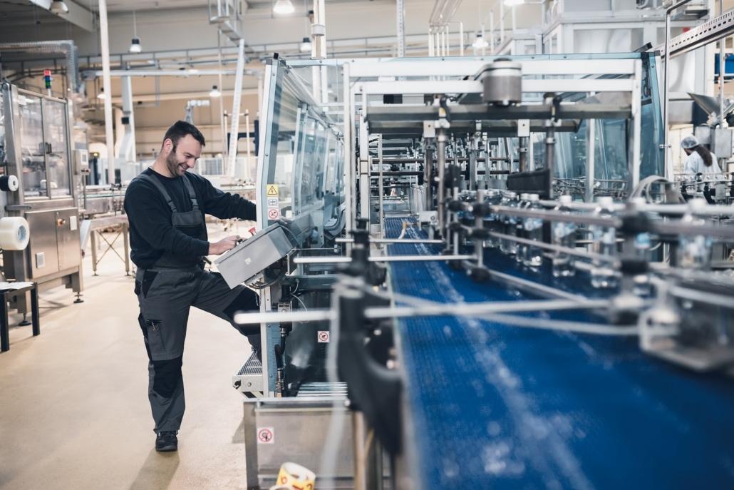 pracownik linii produkcyjnej